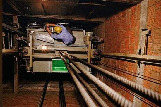 电梯导轨突然弯曲,电梯维修厂家为您分析原因